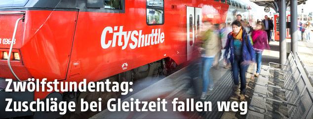 Pendler steigen aus einem Zug aus