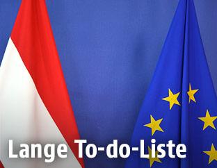 EU-Flagge und die österreichische Flagge