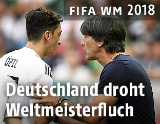 Mesut Özil (GER) und Teamchef Joachim Löw (GER)