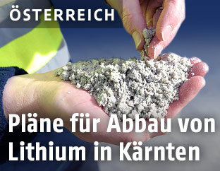 Arbeiter hält verarbeitetes Lithium in den Händen