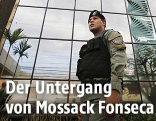 Polizist in Panama vor Mossack-Fonseca-Bürogebäude
