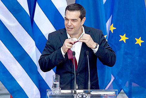 Alexis Tsipras bindet sich erstmals Krawatte um