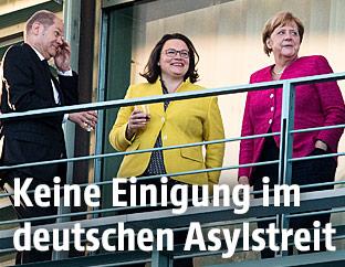 Angela Merkel, Andrea Nahlens und Olaf Scholz auf einem Balkon beim deutschen Asylgipfel