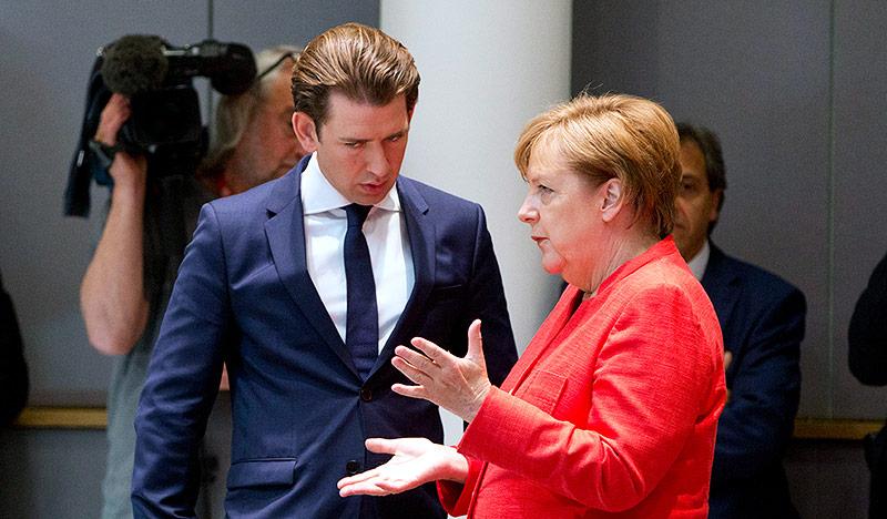 Bundeskanzler Sebastian Kurz (ÖVP) unterhält sich mit der deutschen Bundeskanzlerin Angela Merkel