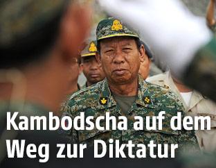 Kambodschanischer Soldat salutiert vor dem Verteidigungsminister