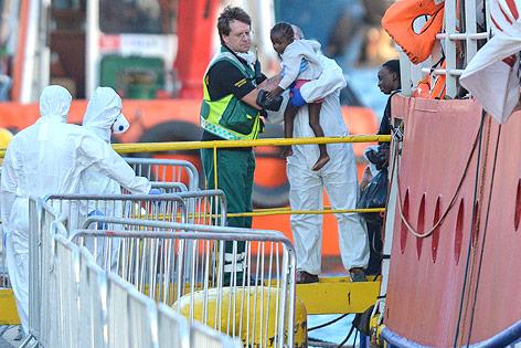 """Helfer bergen die Insassen des deutschen Rettungsschiffes """"Lifeline"""""""