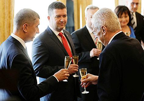 Neue Minderheitsregierung in Tschechien vereidigt