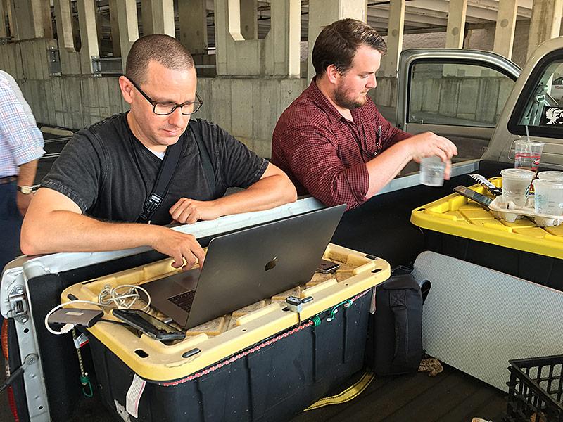 Journalisten der Zeitung Capital Gazett  arbeiten am Laptop auf einem Pickup