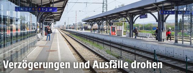 Leere Gleise am Bahnhof