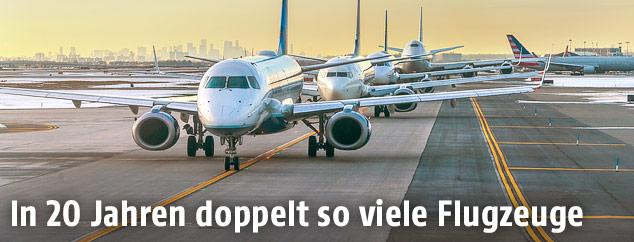 Mehrere Flugzeuge stehen hintereinander
