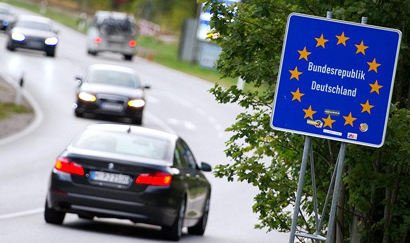 Autos fahren über die Grenze von Österreich nach Deutschland