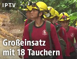 Thailändische Einsatzkräfte mit Helmen