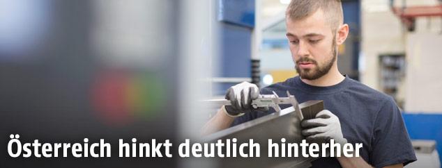 Mann arbeitet in einer Fabrik
