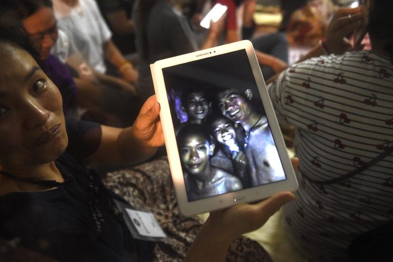 Foto auf einem Tablet-Computer zeigt vermisste Kinder
