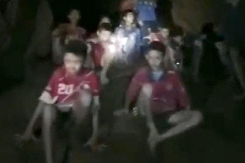 Gerettete Kinder in Höhle