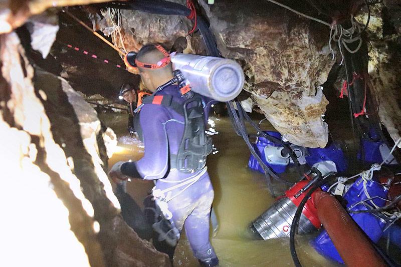 Taucher mit Sauerstoffflasche in Höhle