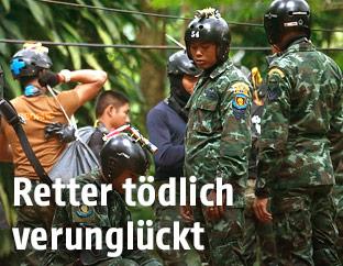 Rettungstaucher vor der Höhle in Thailand
