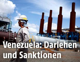 Arbeiter in einer Öl-Gewinnungsanlage