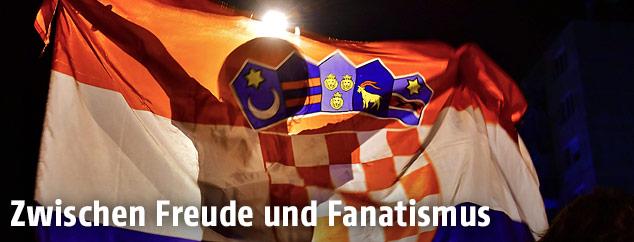 Kroatische Fans mit Flagge
