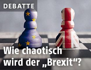 Schachfiguren mit den Wappen der EU und Großbritanniens