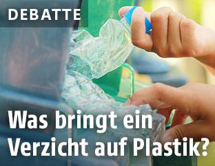 Plastikflaschen in Mistkübel