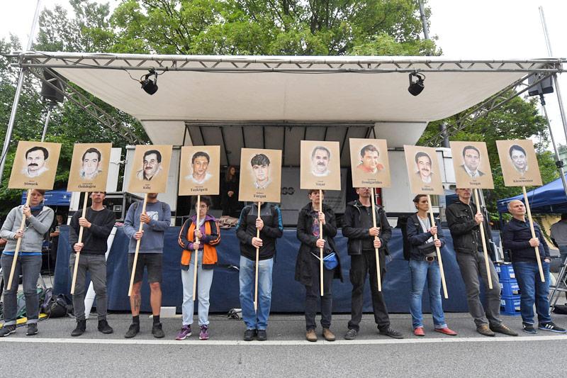 Demonstranten vor dem Gericht in München