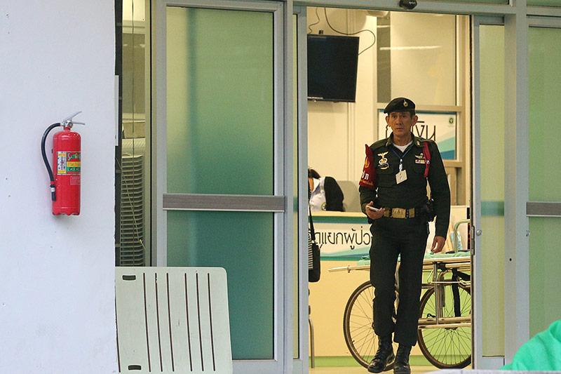 Sicherheitsbeamter am Eingang des Krankenhauses
