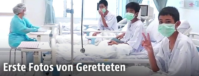 Die geretteten Burschen im Krankenzimmer