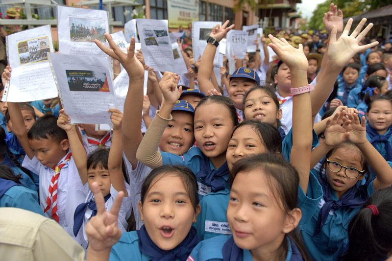 Kinder mit Fotos der Burschen vor dem Krankenhaus