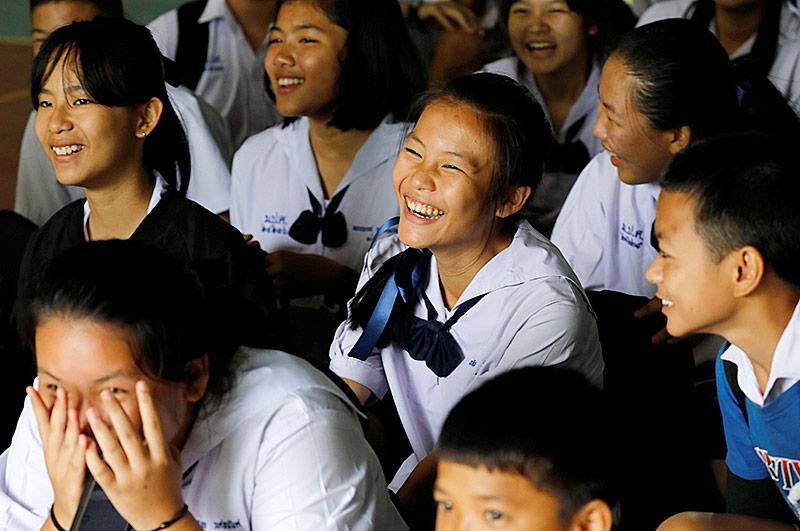 Schulkolleginnen freuen sich über die Rettung der Eingeschlossenen in der Höhle