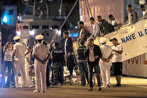 """Menschen verlassen das Schiff  """"Diciotti"""" im sizilianischen Hafen Trapani"""