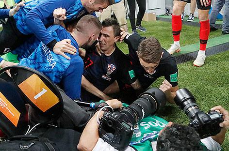 Spieler liegen mit Fotograf am Boden