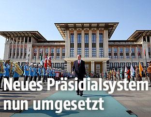 Der türkische Präsident Recep Tayyip Erdogan vor dem Präsidentenpalast in Ankara