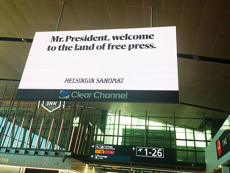 "Schild am Flughafen sagt ""Mr. President, welcome to the land of the free press"""