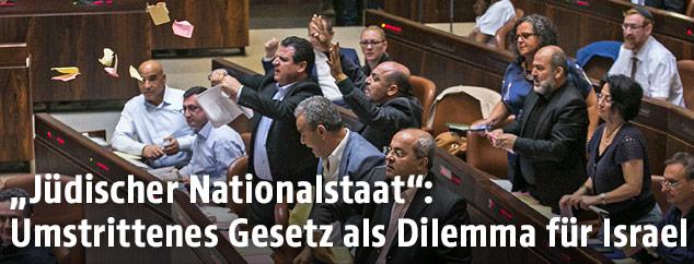 Protestierende Abgeordnete im israelischen Parlament
