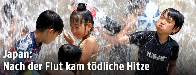 Im Wasser spielende Kinder in Tokio