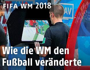 Ein Schiedsrichter blickt auf einen Kontrollbildschirm