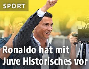 Cristiano Ronaldo winkt in Turin Fans