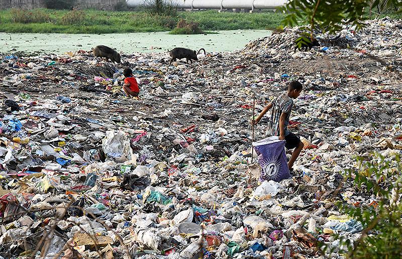 Kind auf Müllhalde in Indien
