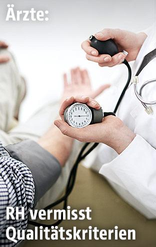 Ärzti misst den Blutdruck eines Mannes