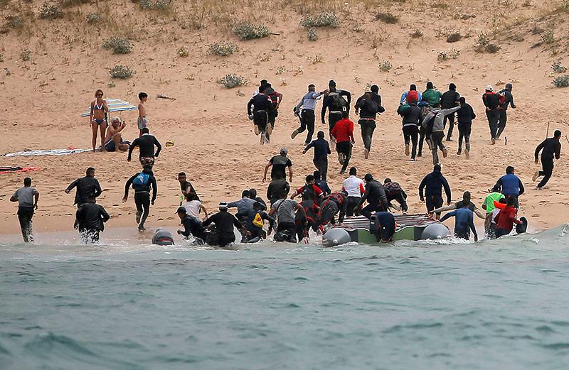 """Flüchtlinge auf dem Strand von """"Del Canuelo"""" in Spanien"""