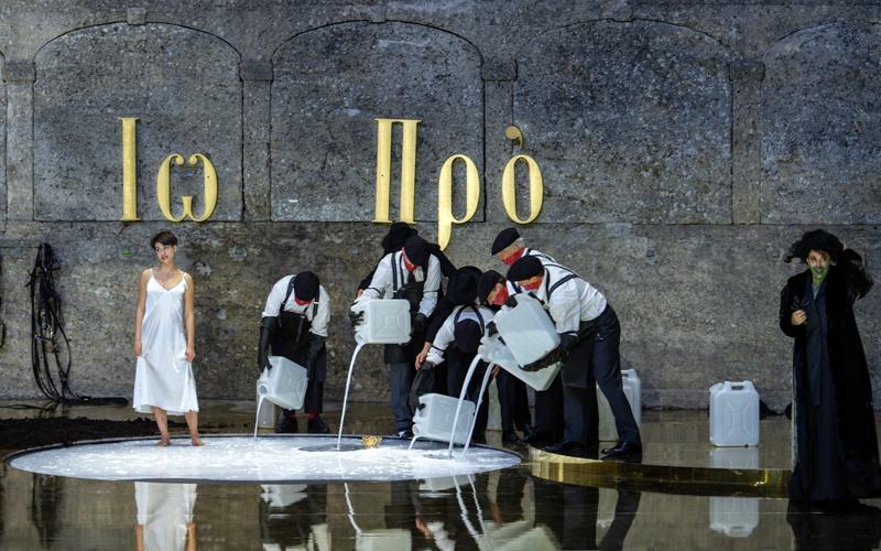 Szenenbild Salome mit Kanistern mit weißer Flüssigkeit
