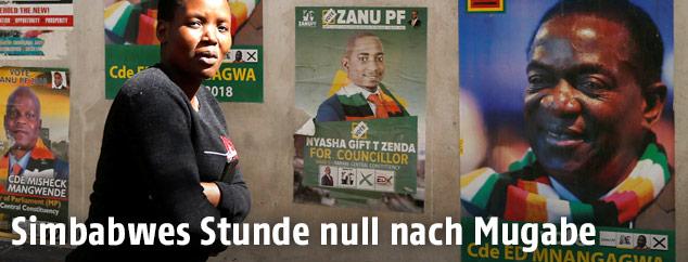 Wählerin vor Plakaten in in Simbabwe