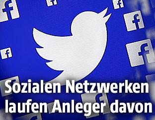 Die Logos von Facebook und Twitter vor blauem Hintergrund