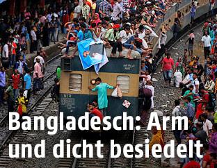 Menschen auf einem Zug in Bangladesch