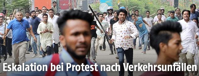 Demonstrationsteilnehmer laufen eine Straße entlang