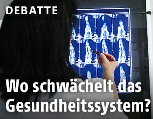 Ärztin vor Röntgenbild