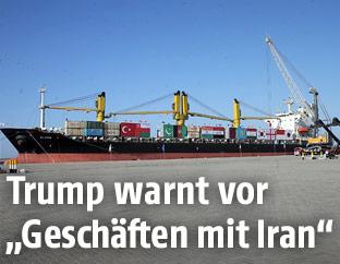 Frachtschiff in iranischem Hafen