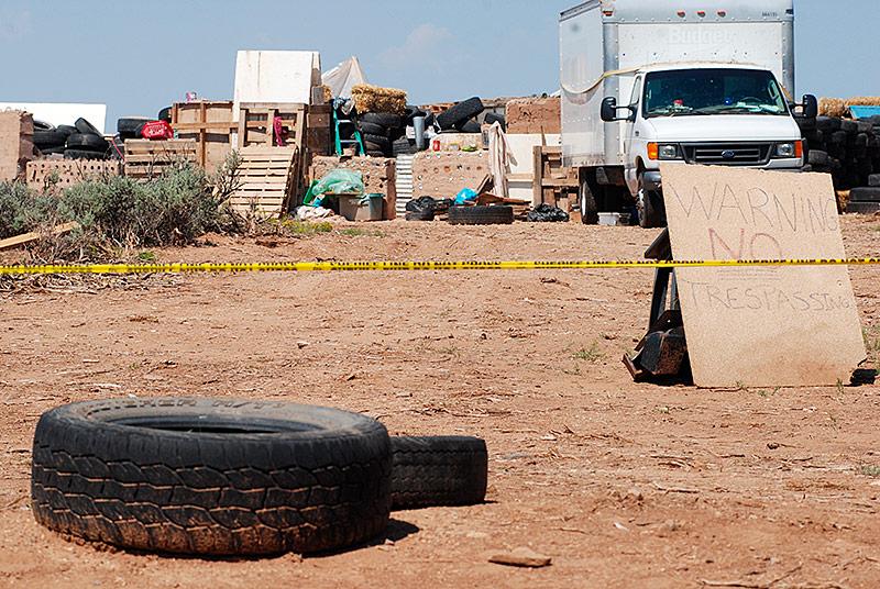 Polizei-Absperrband um das Versteck in der Wüste