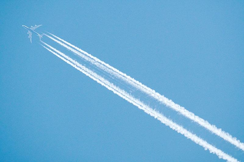Kondenzstreifen eines Flugzeugs